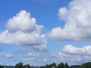Flugzeug Kondensstreifen begünstigen die Wolkenbildung